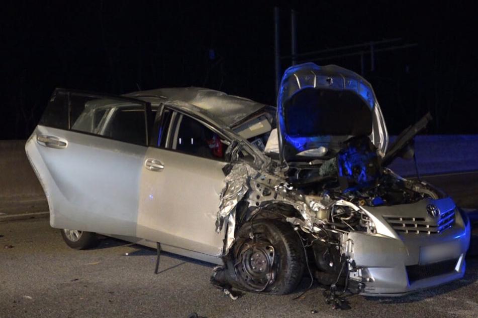 Auto kracht auf Autobahn in Pannenfahrzeug: Mann schwer verletzt