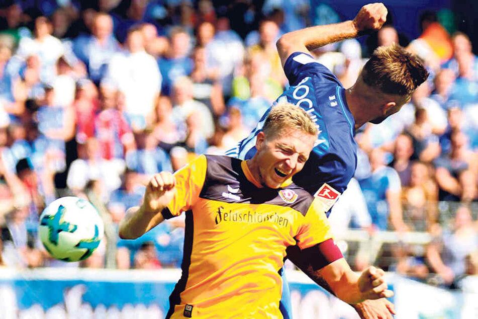 Das tat weh! Bochums späterer Siegtorschütze Lukas Hinterseer springt Marco  Hartmann in den Rücken.