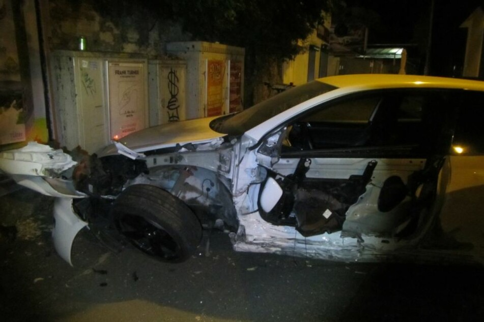 Der geparkte VW Golf wurde von der Wucht des Aufpralls gegen einen Stromverteilerkasten gedrückt.