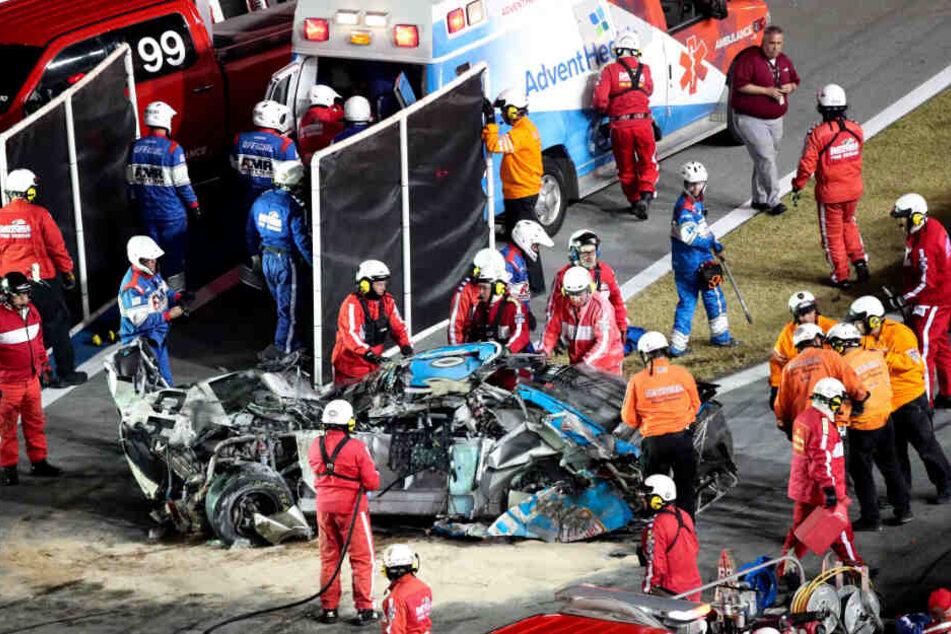 Rennfahrer Ryan Newman wird nach einem schweren Unfall in einen Krankenwagen gebracht, nachdem ihn Rettungskräfte aus seinem Auto geholt haben.