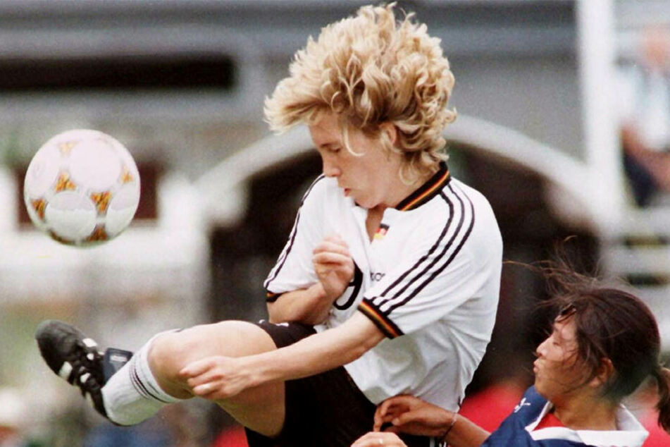 Augen zu und durch! Heidi Mohr im Zweikampf mit einer japanischen Gegenspielerin.