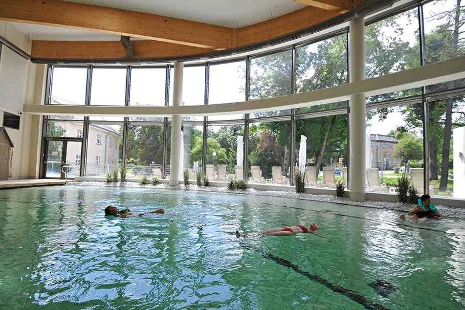 Im Solebad im Kurpark Bad Elster genießen Touristen aus ganz Deutschland die Schwerelosigkeit.