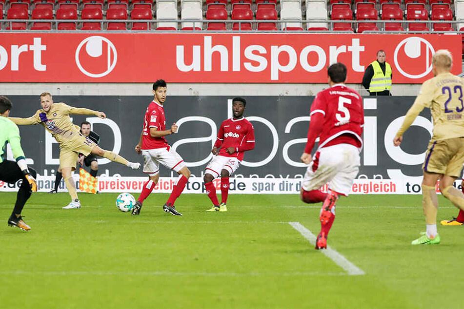 Das Ende eines schulbuchmäßigem Auer Angriffs vom Kaiserslautern-Spiel: Pascal Köpke (l. hint.) passt auf Sören Bertram (Nr. 23), der die Kugel ins Netz schiebt.