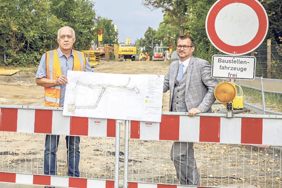 Die Stadt baut in Naußlitz. Sachgebietsleiter Frank Hering (58, l.) und Baubürgemeister Raoul Schmidt-Lamontain (43, Grüne) stellten die Pläne vor.