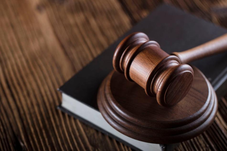 Mann ersticht 33-Jährigen, weil er zu laut telefonierte: Lebenslange Haft!
