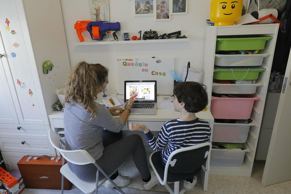 Derzeit sachsenweit Alltag: Eltern pauken mit ihren Kinder zu Hause.