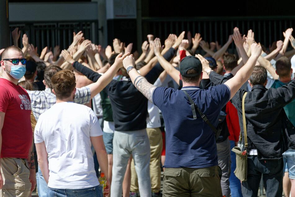 Einige Hundert Fans des 1. FC Köln feuerten ihre Mannschaft vor dem RheinEnergie Stadion beim Heimspiel gegen den SC Freiburg an.