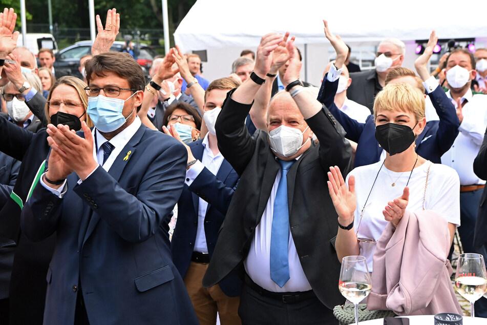 Anhänger der CDU jubeln nach der Bekanntgabe der ersten Prognosen.