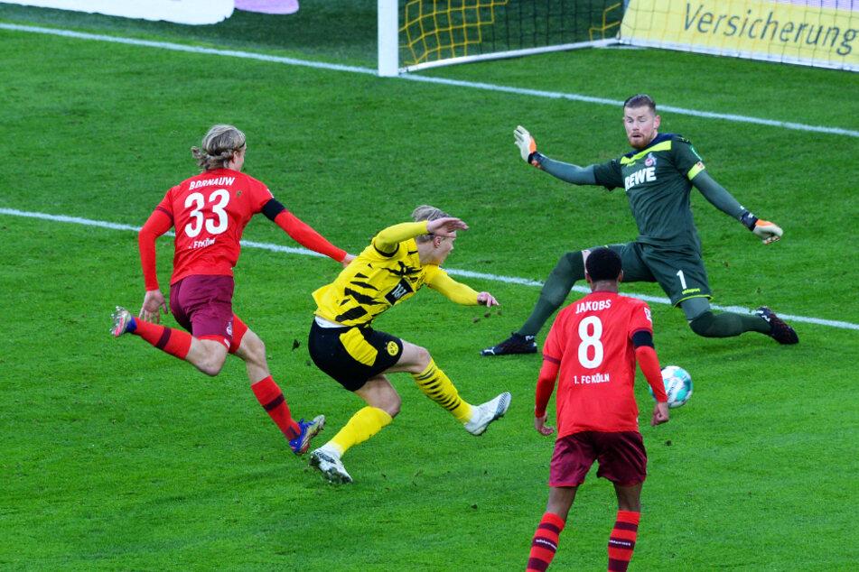 Ein ungewohntes Bild: BVB-Torjäger Erling Haaland (2.v.l.) lässt diese Großchance liegen und trifft nur das Außennetz.