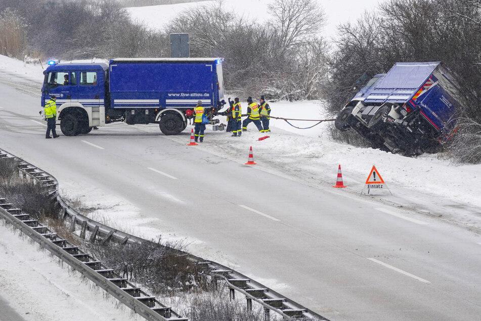 THW-Fahrzeug kracht auf A4 gegen Leitplanke und fährt in den Straßengraben