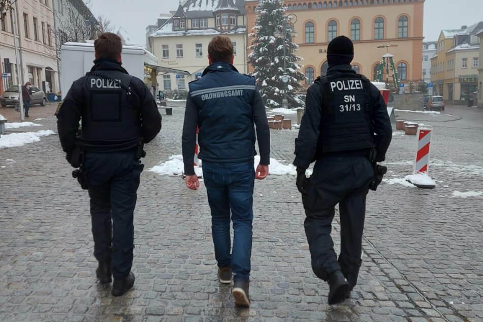 In der Plauener Innenstadt waren Polizisten gemeinsam mit Mitarbeiterinnen und Mitarbeitern des Ordnungsamtes unterwegs.