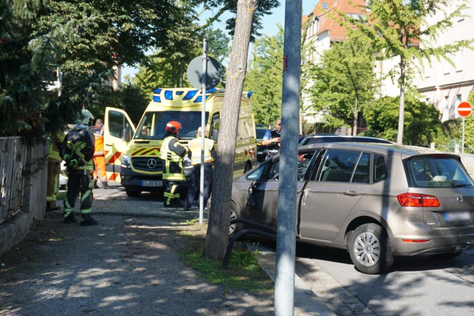 Der graue VW Golf ist nach dem Unfall heftig demoliert.