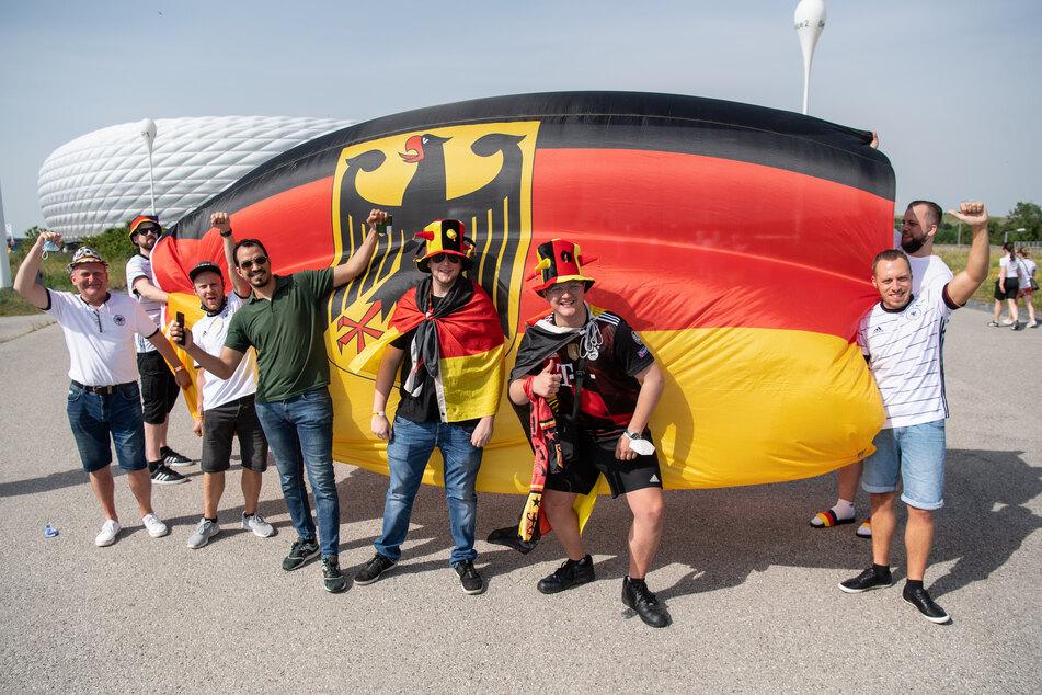 Einige Deutschland-Fans fiebern dem Spiel in der Münchner Allianz Arena entgegen.