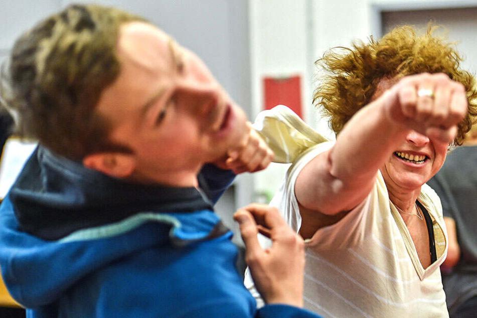 Sieht brutal aus, ist aber getürkt: Karola Hanke (52) vermöbelt hier Prügelknabe Christoph (31) mit ihrer gefürchteten Rechten.