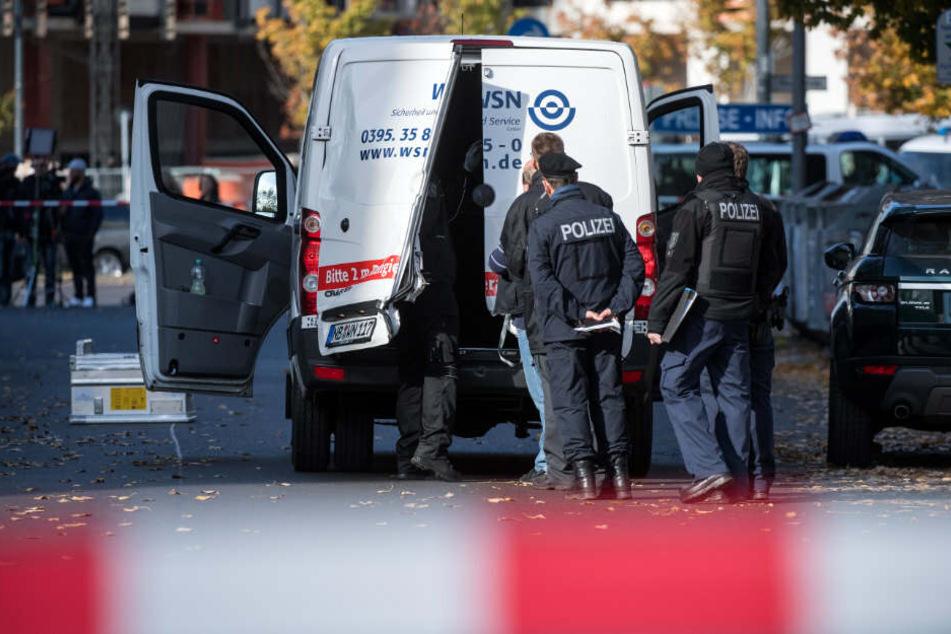 Polizeibeamte stehen an einem Geldtransporter auf der Alexanderstraße/Ecke Schillingstraße. (Archivbild)