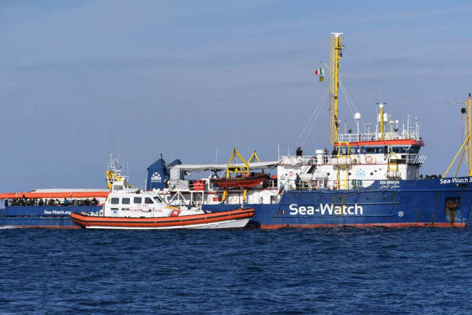 Das Rettungsschiff wird von einer italienischen Patrolie angefahren.