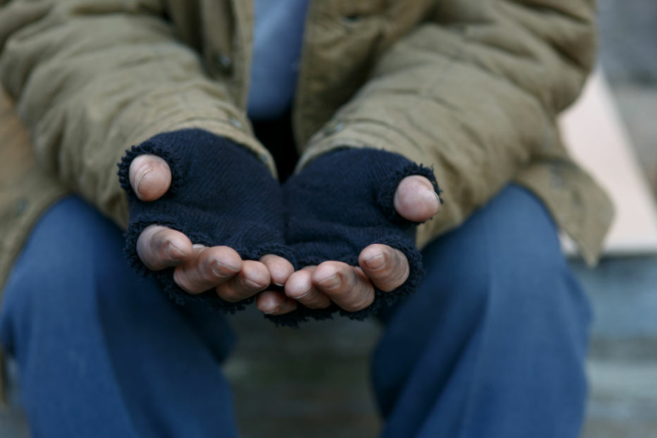 Betrunkene Obdachlose pöbeln Mann an und gehen mit Eisenstange auf ihn los