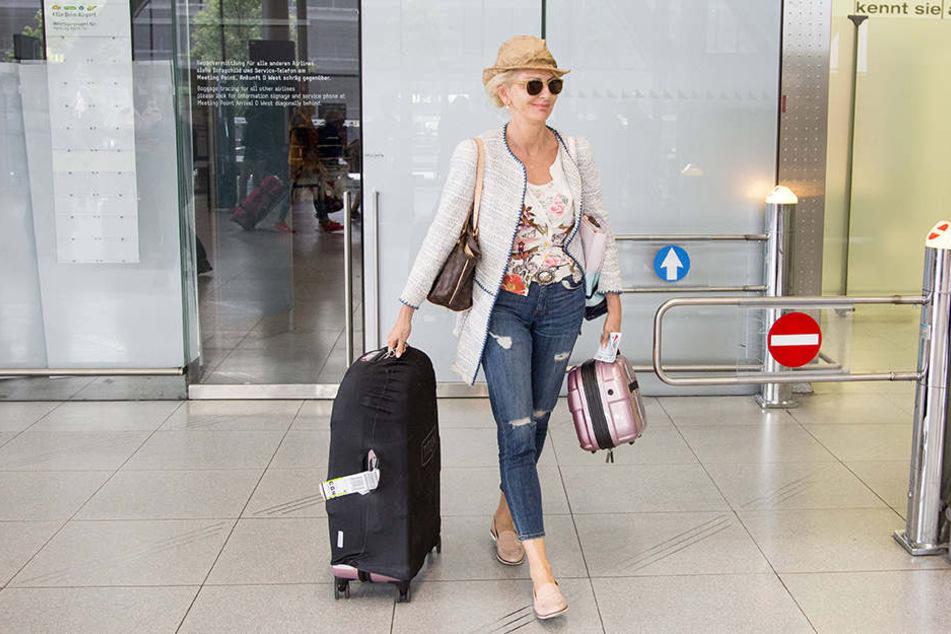 Gut gelaunt und frisch kommt Désirée Nick (59) aus der Abfertigung des Kölner Flughafens, um sich den Vorbereitungen der Sendung zu widmen.