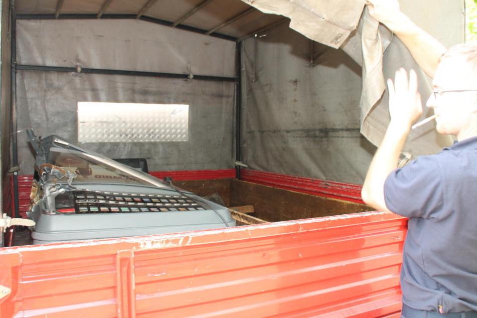 Für den Abtransport des Automaten bekam die Polizei Unterstützung der Feuerwehr.