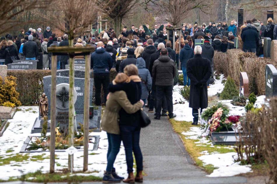 Viele Menschen stehen nach dem ökumenischen Gottesdienst auf dem Friedhof von Heroldsberg.
