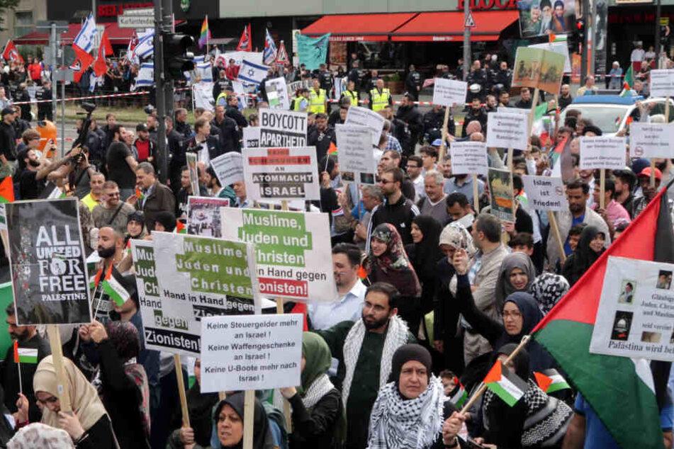 Teilnehmer nehmen an einer antiisraelischen Demonstration anlässlich des jährlich stattfindenden al-Kuds-Tages teil.