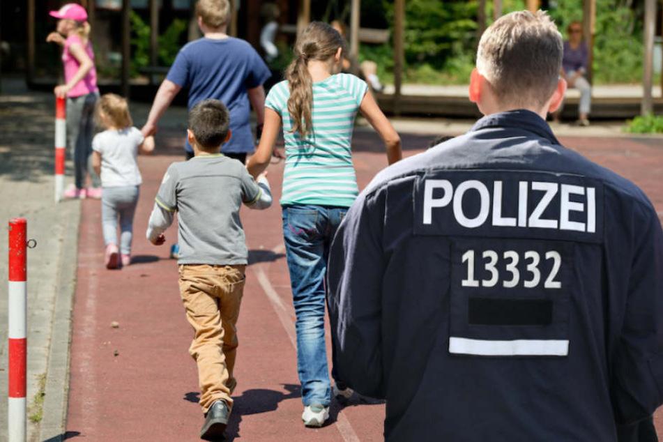Als die Polizei kam, lungerte der Exhibitionist noch immer auf dem Schulhof herum. (Bildmontage)