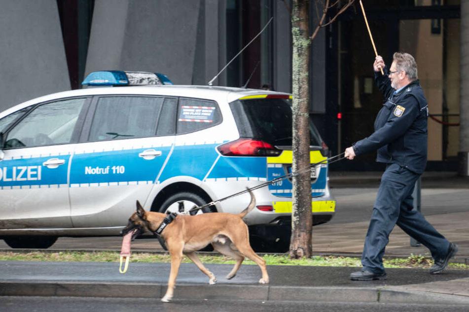 Ein Sprengstoffspürhund der Polizei untersuchte das Wiesbadener Justizzentrum wegen der Bombendrohung.