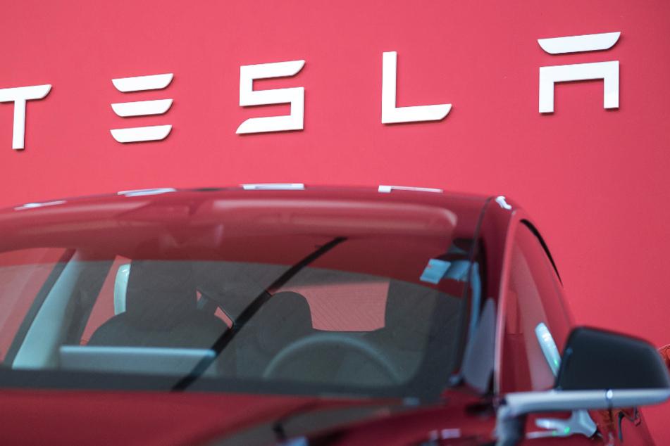 """Die Zentrale zur Bekämpfung unlauteren Wettbewerbs wirft Tesla """"irreführende Werbung"""" vor. (Symbolbild)"""