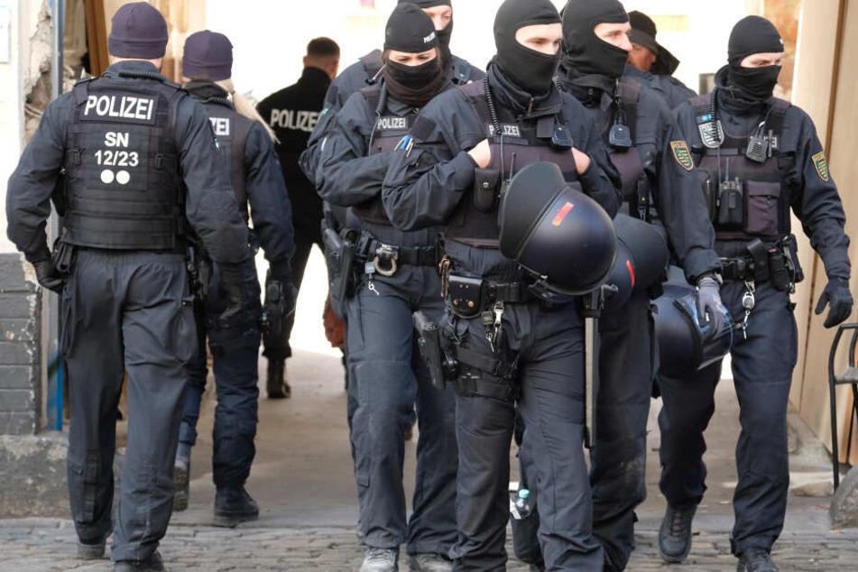 Bei der Razzia waren insgesamt elf Menschen festgenommen worden. (Symbolbild)