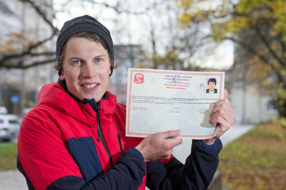 Zurück in Chemnitz zeigt Jost Kobusch seine Urkunde, die er von der nepalesischen Regierung für seine Erstbesteigung erhielt.