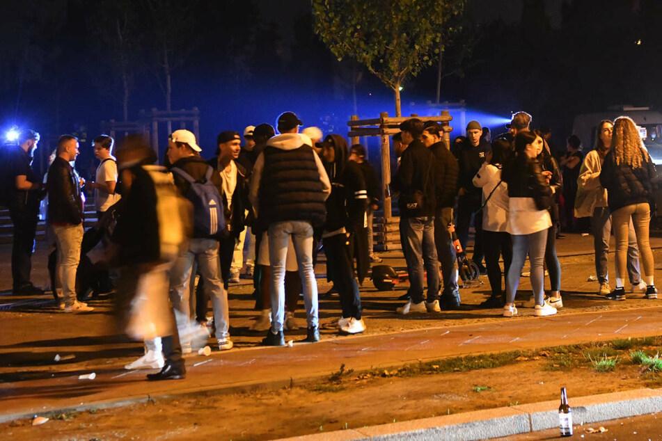 Laut Polizei haben sich am Samstag gegen Mitternacht noch rund 3000 Feiernde im Berliner Mauerpark aufgehalten.