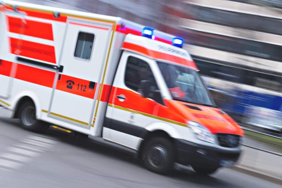 Der Rettungsdienst kümmerte sich um einen Verletzten. (Symbolbild)
