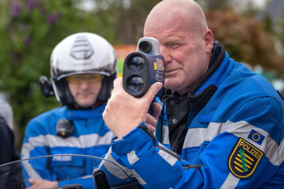 Raser im Blick: Polizeihauptmeister Uwe Kästner bei einer Tempokontrolle in der Blankenauer Straße.