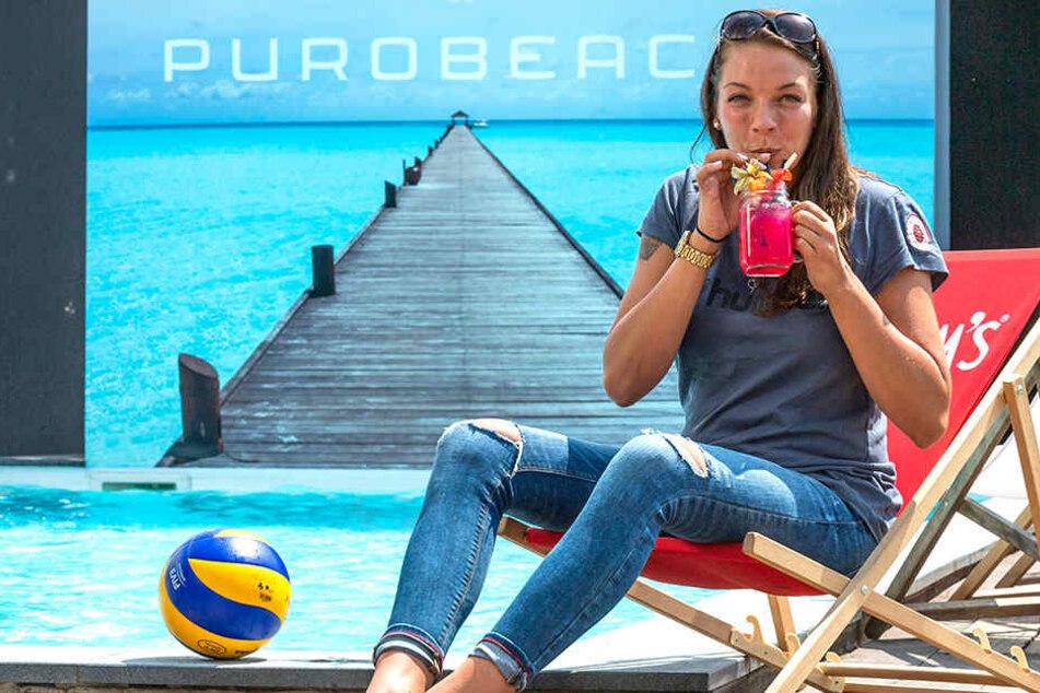 So lässt sich's im Urlaub aushalten: Katharina Schwabe schlürft am Purobeach an einem Grapefruit-Cocktail.