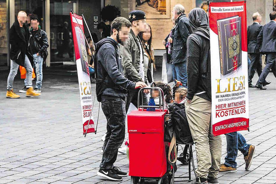 Der abgeschobene Gefährder beteiligte sich an der Koran-Verteilung in der Bielefelder Innenstadt.
