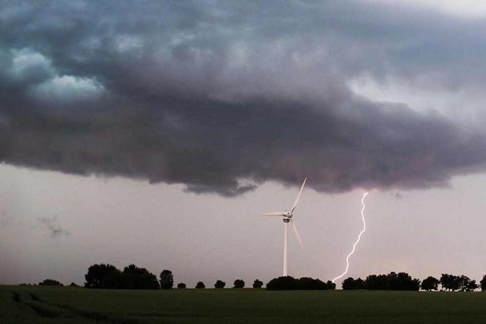 Eine Unwetterfront zieht über die südliche Region Hannovers hinweg, als ein Blitz in Laatzen einschlägt.