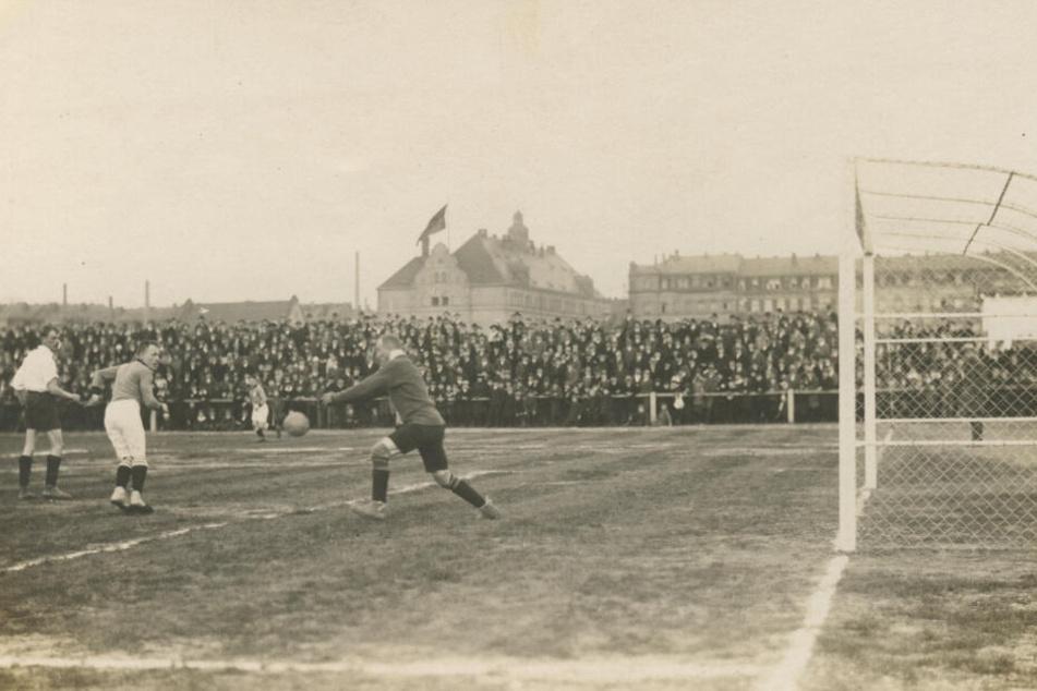 So wurde vor etwa 100 Jahren auf dem Sportplatz an der Friedensstraße (im Hintergrund das Hechtviertel) gekickt.