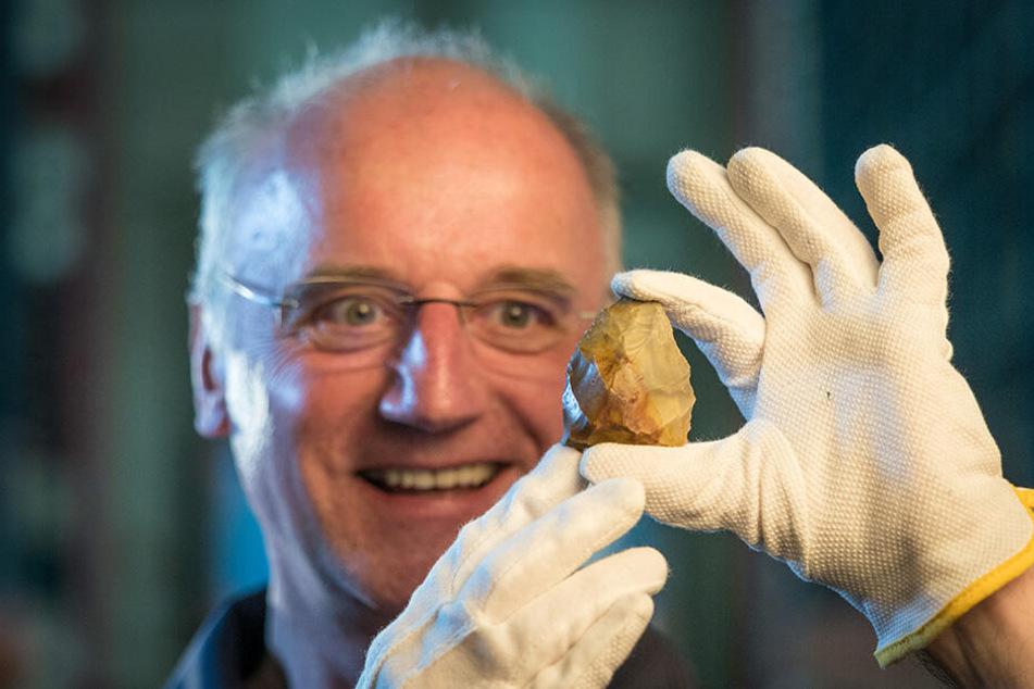 Christoph Heiermann (59) vom Landesamt für Archäologie mit Sachsens ältestem Werkzeug: Einem 280.000 Jahre altem Faustkeil, der bei Markkleeberg entdeckt wurde.