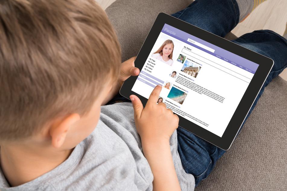Laut einer Studie haben Kinder und Jugendliche im Alter zwischen 10 und 17 Jahren schon im ersten Lockdown 2020 bis zu 75 Prozent mehr Zeit mit Gamen, Surfen und Chatten verbracht. (Symbolbild)
