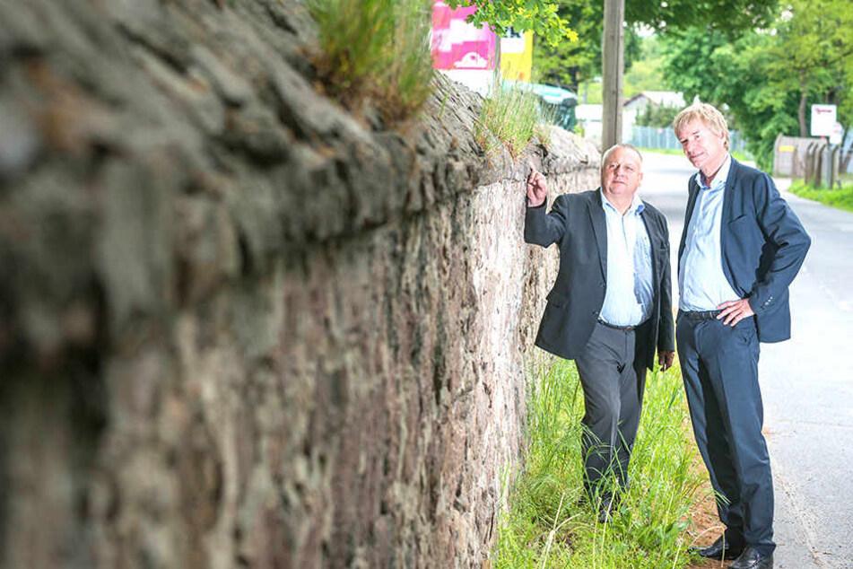 BU-B Begutachten die denkmalgeschützte Mauer vor ihrer Firma: Regionalleiter Udo Kleinert (61, l.) und Beutlhauser-Chef Thomas Burgstaller (58).