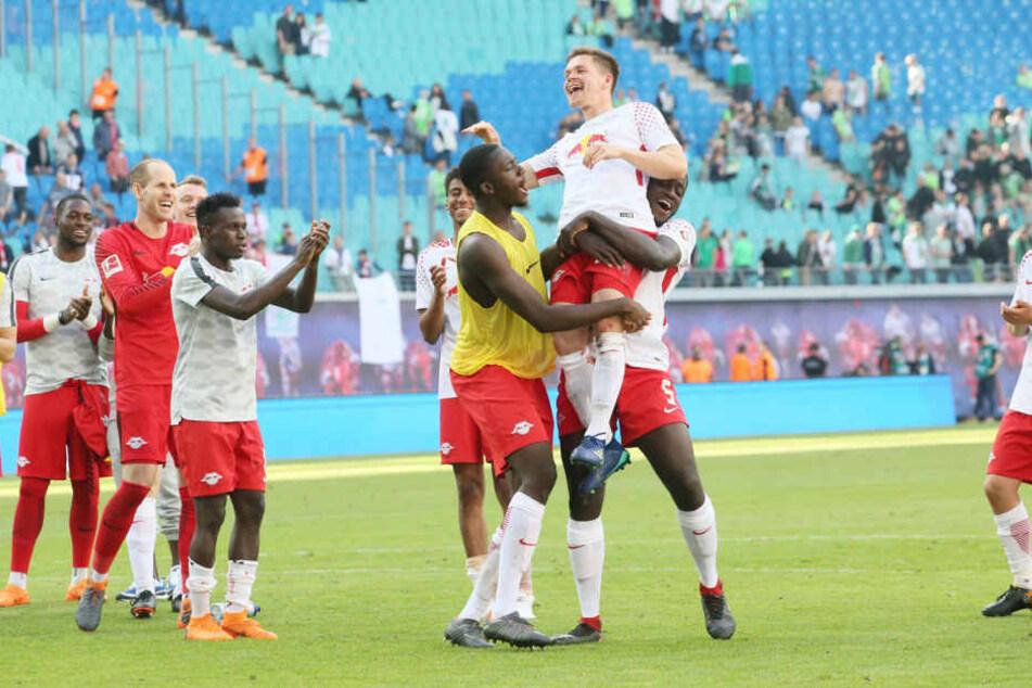 Dominik Kaiser wird von Ibrahima Konaté und Dayot Upamecano auf Händen getragen. Sonntag findet sein Abschiedsspiel statt.