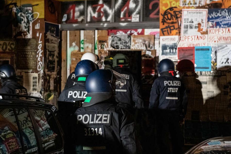 Die Polizei hat mehrere Häuser in der Rigaer Straße in Berlin-Friedrichshain durchsucht.