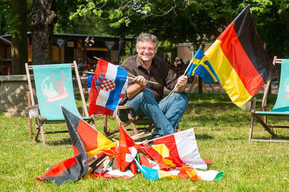 Entspannt Fußballschauen: Holger Zastrow (49) trifft Vorbereitungen für das Public Viewing auf der Hofewiese.