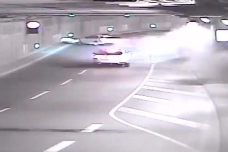 Die Berliner Polizei hat ein Video von einem Unfall im Tiergartentunnel auf Twitter veröffentlicht.