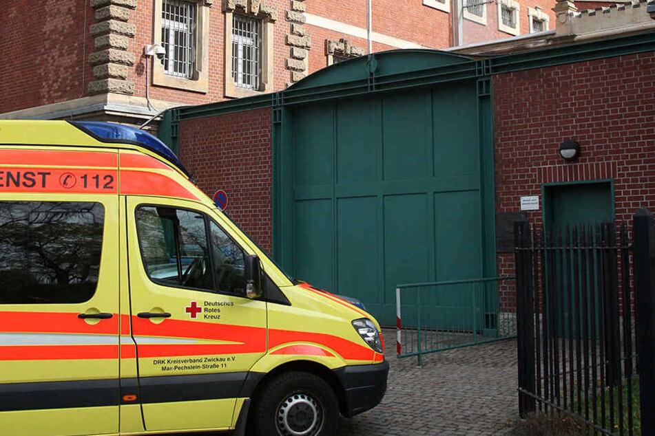 In der Zwickauer JVA wurde ein Wärter lebensgefährlich verletzt. Er überlebte die Attacke nur knapp.