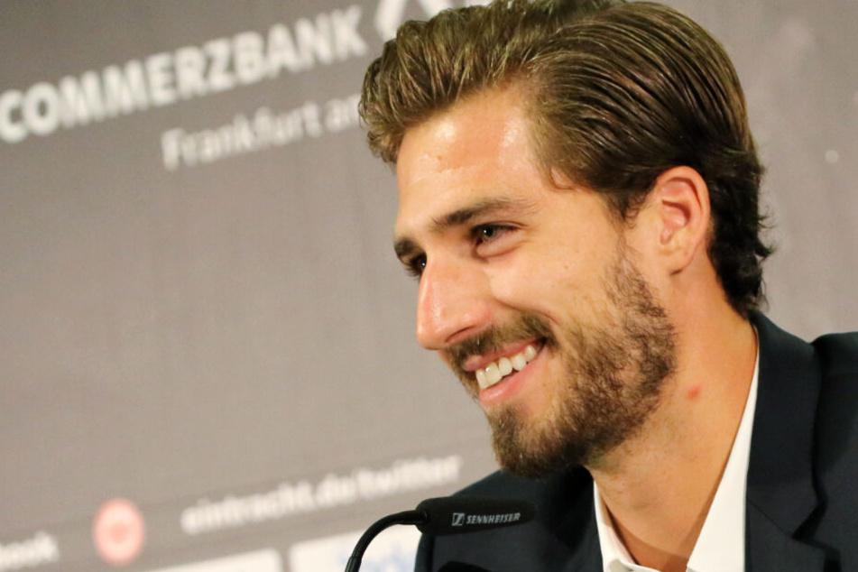Kevin Trapp lächelt nach dem Vertragsabschluss mit Eintracht Frankfurt.