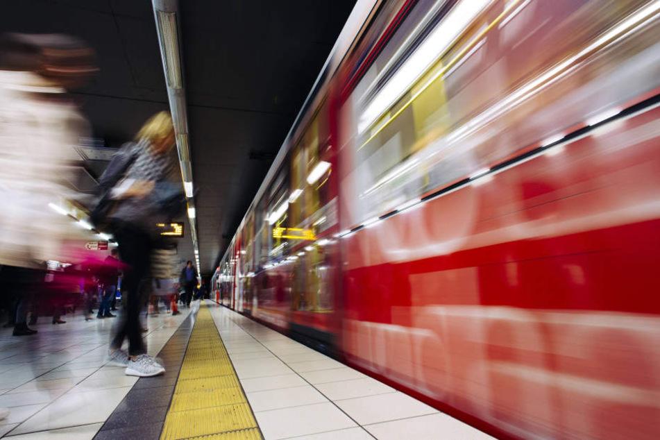 In Köln wurde am Samstagabend ein 24-jähriger Mann von einer Straßenbahn überfahren.