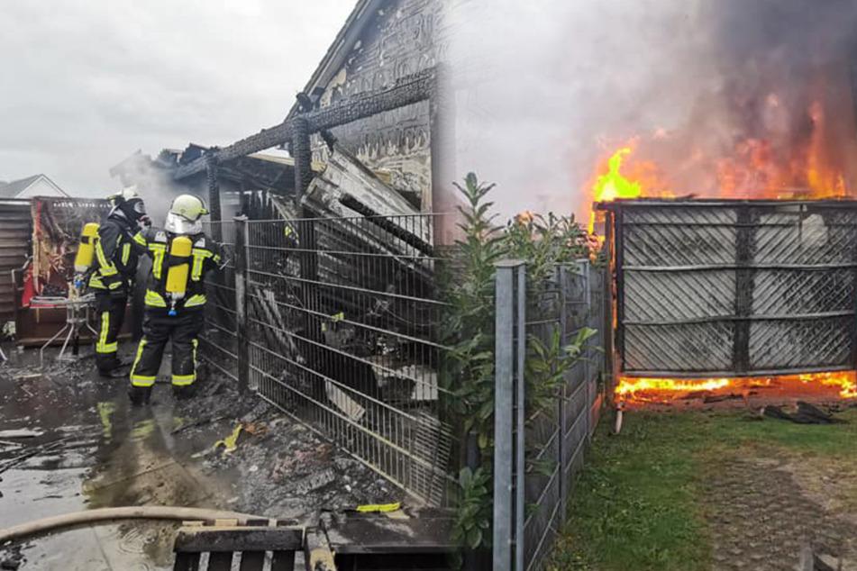 Carport brennt lichterloh! Feuer greift auf Wohnhaus über