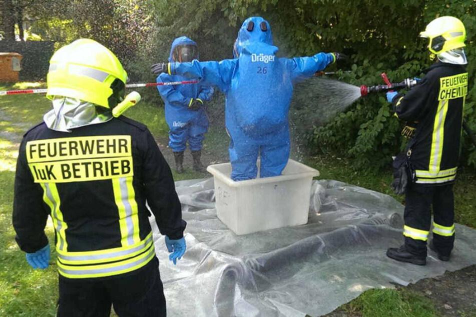 Die Einsatzkräfte gingen im Schutzanzug in das Bad.