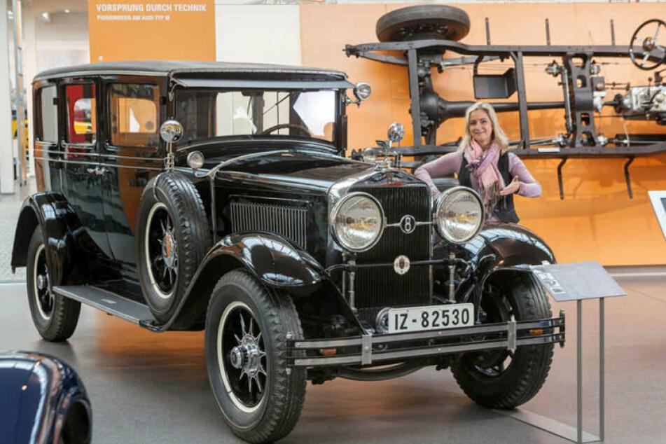 Der Ex-Wagen von Bergens Bürgermeister Ragnvald Johan Lorentzen, ein Horch 350, daneben Annett Kannhäuser (47) vom des Horch-Museum.